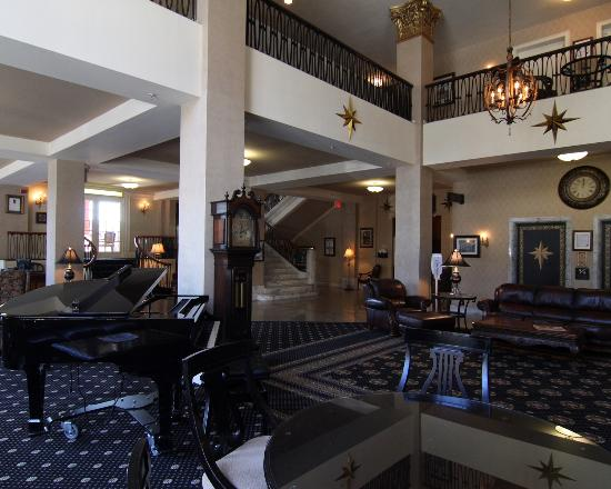 Historic Hotel Bethlehem: Lobby looking towards marble stairs