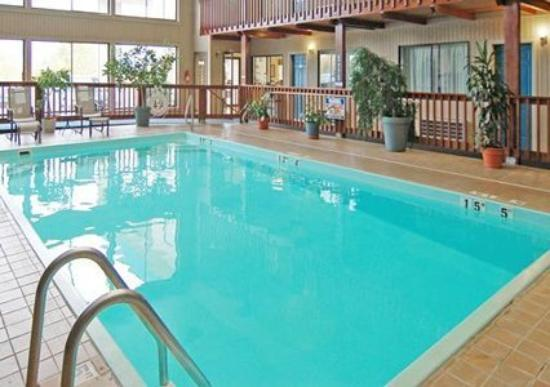 Quality Inn: Pool -OpenTravel Alliance - Pool View-