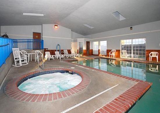Rodeway Inn: Pool -OpenTravel Alliance - Pool View-