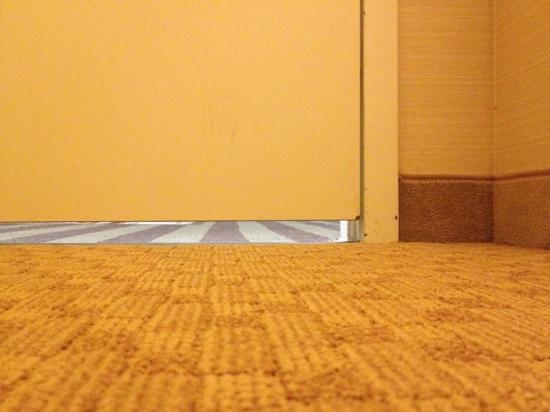 Hilton Hartford: No sound privacy! HUGE gaps under the doors!