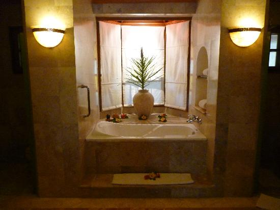 Alegre Beach Resort: Oh, the bath!!