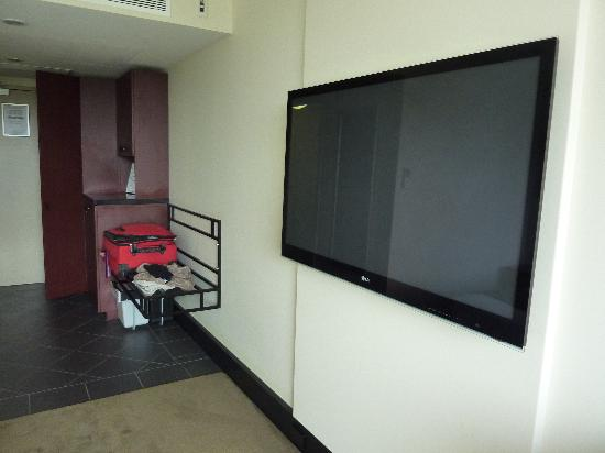 Fountainside Hotel: king size tv