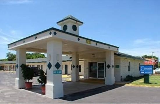 Pearsall Executive Inn & Suites : Exterior