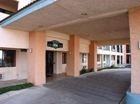Hallmark Inn & Suites : Exterior