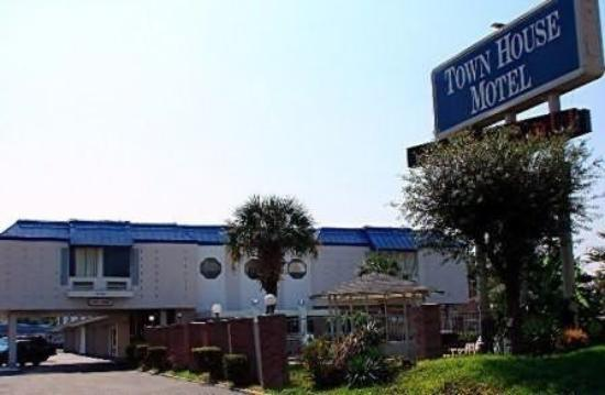Town House Motel - Airport: Exterior