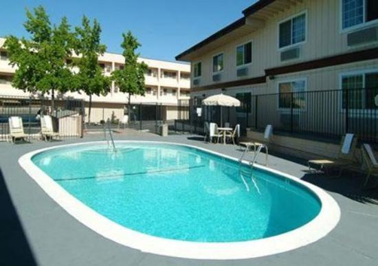 Quality Inn Auburn: Pool (OpenTravel Alliance - Pool view)