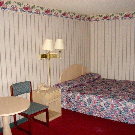 Guest Inn - Dalton: Guest Room