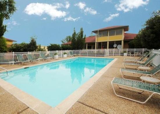 Howard Johnson Hattiesburg: Pool