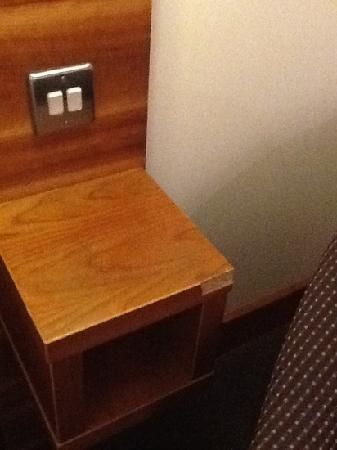 Premier Inn Gloucester (Barnwood) Hotel: grubby and damaged bed surround