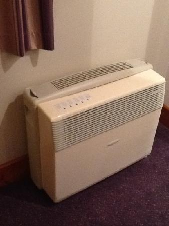 Premier Inn Gloucester (Barnwood) Hotel: the heater unit from hades - noisy and inefficient !