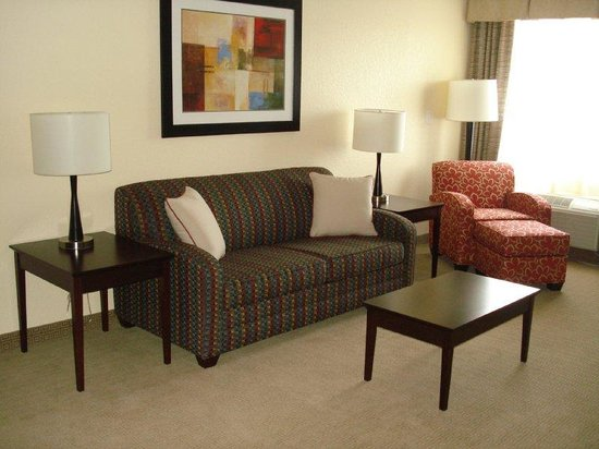 Holiday Inn Express and Suites Fort Lauderdale Executive Airport: Living Room Suite