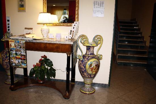 Hotel Tirrenus Perugia: Particolari della Hall
