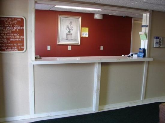 Royal Inn Anniston: Front Desk