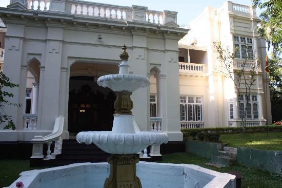 The Mansion: fountain. unfortunately without water.