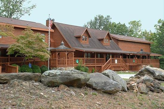 Mountain Top Inn: Exterior View of Lodge