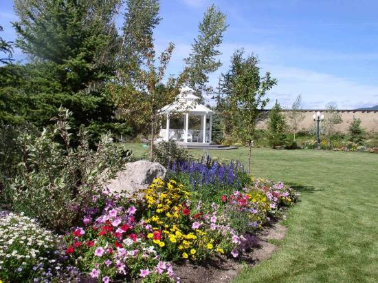 Ashley Inn: Spend some quiet time enjoying the flowers & little waterfalls surrounding the inn.