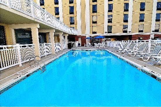 Clarion Inn & Suites Virginia Beach: Outdoor pool
