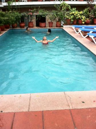 Hotel Posada de Roger: baándonos bajo la lluvia