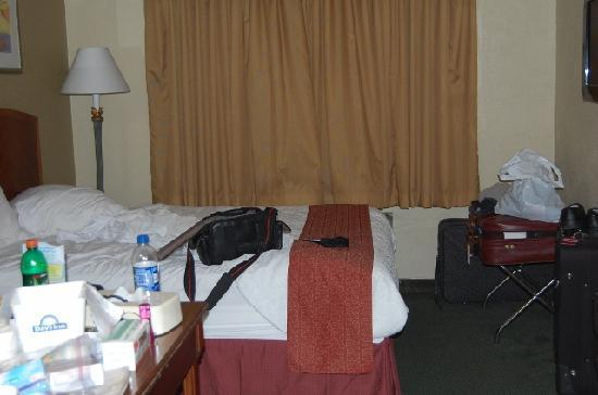 Days Inn Miami Airport North: room small, dirty curtains