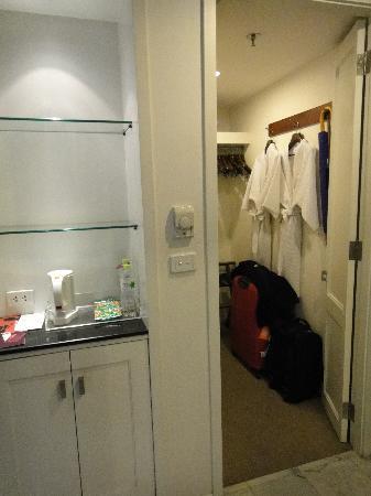 Triple Two Silom: Walk-in closet