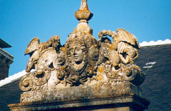 Chateau de Saint Michel de Lanes: Sculpture avec griffon