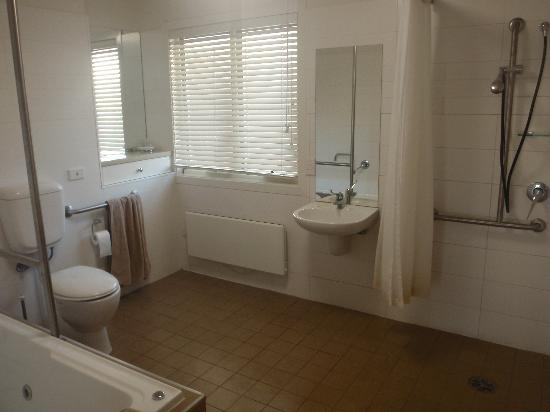 Port Campbell Parkview Apartments: bathroom