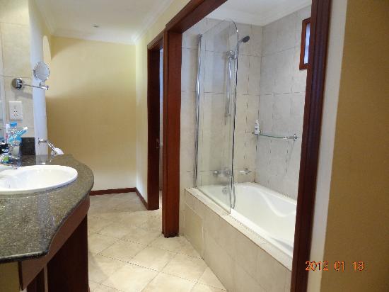 Jalsa Beach Hotel and Spa: bathroom ...