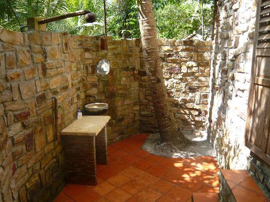 Freedomland Phu Quoc Resort: Cool bathroom outside