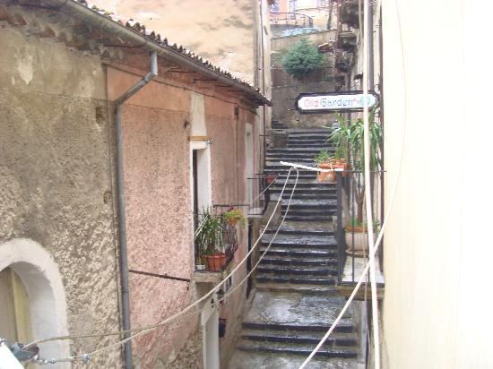 old garden: Scalinata d'accesso al B&B