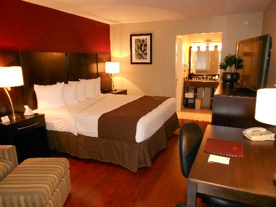 Quality Inn & Suites Phoenix NW-Sun City : Renovated King Room