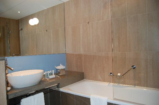 Hilton London Tower Bridge: Bathroom