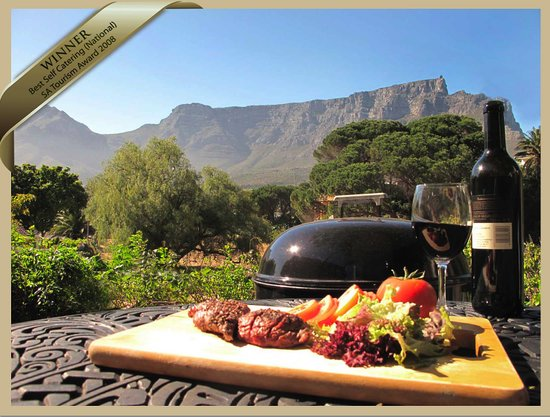 Mountain Magic Garden Suites: Al Fresco dining with a view of one of the 7 Wonders of the World, Table Mountain