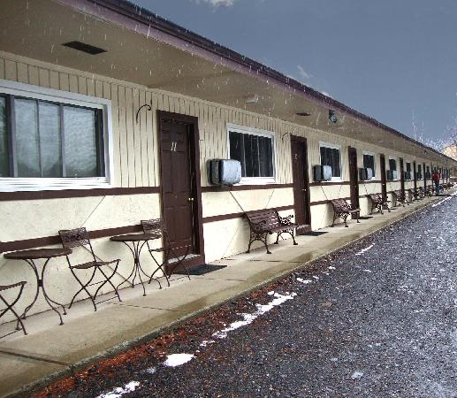 Mountain View Lodge: Private entrance for each room with parking right outside your room!