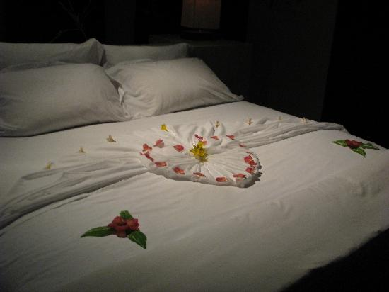 Conrad Maldives Rangali Island: Our bed on arrival - so lovely!!