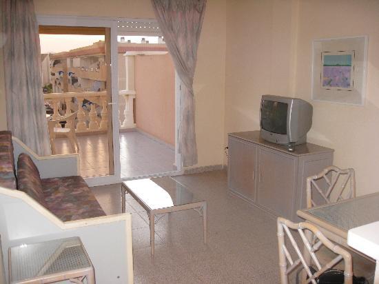 Los Delfines Hotel: el salón de la habitación con acceso al balcón