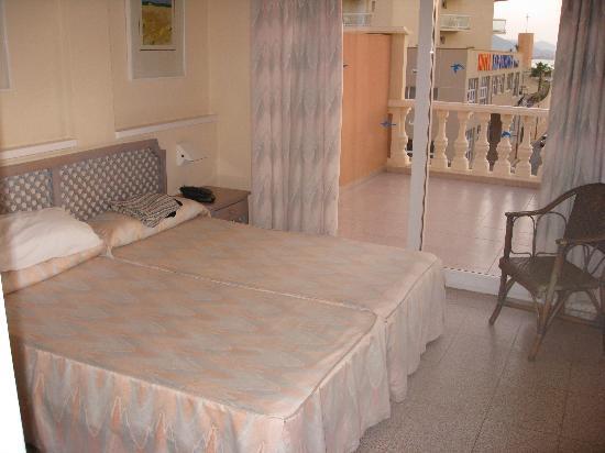 Los Delfines Hotel: cama de matrimonio con acceso al balcón