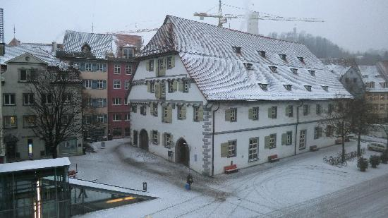 Hotel Waldhorn: The view from the room to the main plaza on a snowy day