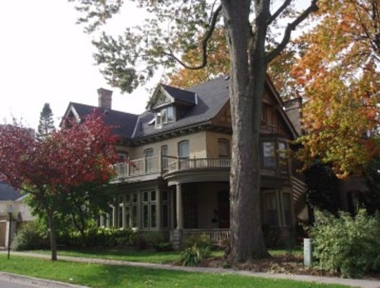 Woodfield Bed & Breakfast: The front of the house