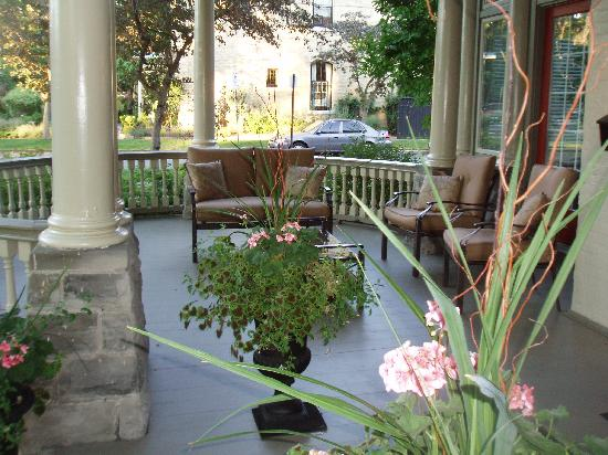 Woodfield Bed & Breakfast: Take an afternoon tea and read in the front porch