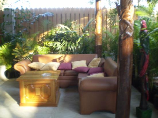 Seastar Inn: Nice new sofas to lounge in!