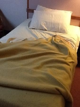 Grand Continental Kuantan: the bed.....and the beaten up bedspread