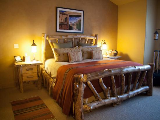 Niwot Inn & Spa: comfortable king size bed in the Chimayo Suite
