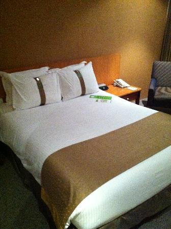 Holiday Inn Potts Point - Sydney: Bad Bed Bad Bed