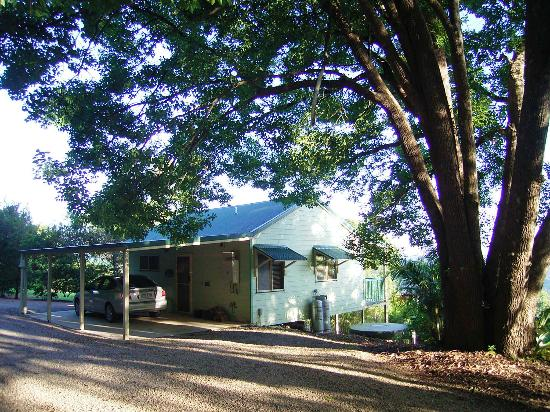 Maleny Luxury Cottages: Undercover parking at Calm Cabin