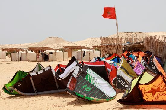 Auberge des Nomades du Sahara : Kites during lunch time
