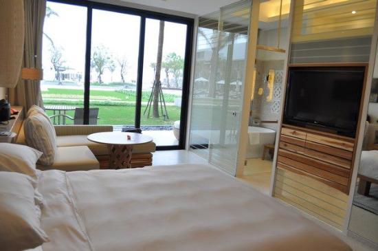 Hyatt Regency Danang Resort & Spa: Room showing the TV and entrance to the bathroom