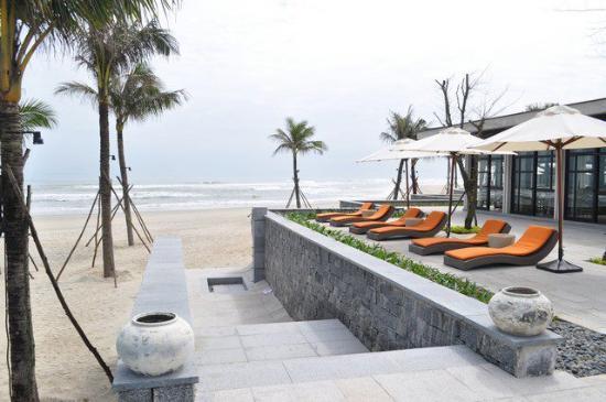 Hyatt Regency Danang Resort & Spa: lounging area facing the ocean
