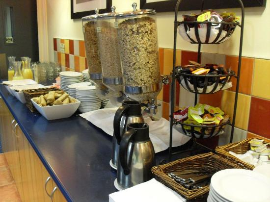 Heartland Hotel Auckland Airport: Continental buffet breakfast spread