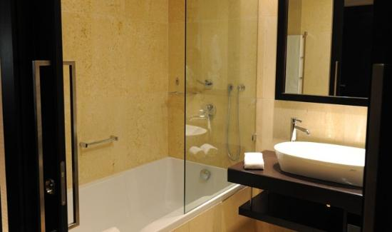 EPIC SANA Luanda Hotel : bathroom