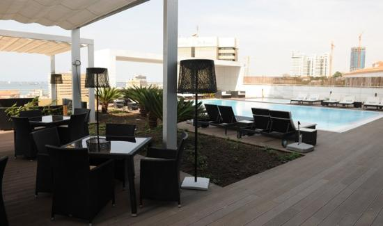 EPIC SANA Luanda Hotel: pool side